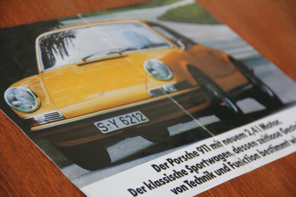 Anfang der Siebziger war der Porsche 911 S mit dem 2.4 Liter Motor nicht nur der  schnellste deutsche Seriensportwagen, sondern auch der gelbste. (Erhältlich auch in condagrün und anderen Discofarben!) - (Bild: Originalprospekt, Faltprospekt Porsche 2.4l)