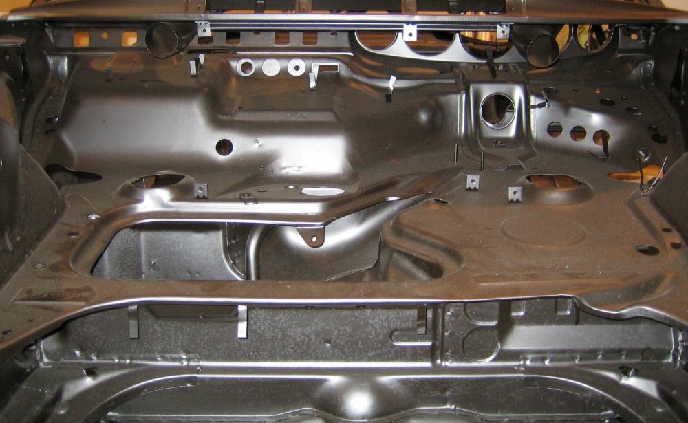 """Alles klar? Eben nicht. Ohne Experte verläuft man sich bei einem alten Elfer schnell. Zum Beispiel im Kofferraum! Hier der Blick von vorn in den """"nackten"""" Kofferraum eines Porsche F-Modells."""