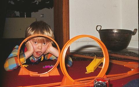 Der Autor dieses Blogs bei Fahrversuchen mit seinen Kinderzimmerhelden im Jahr 1970.