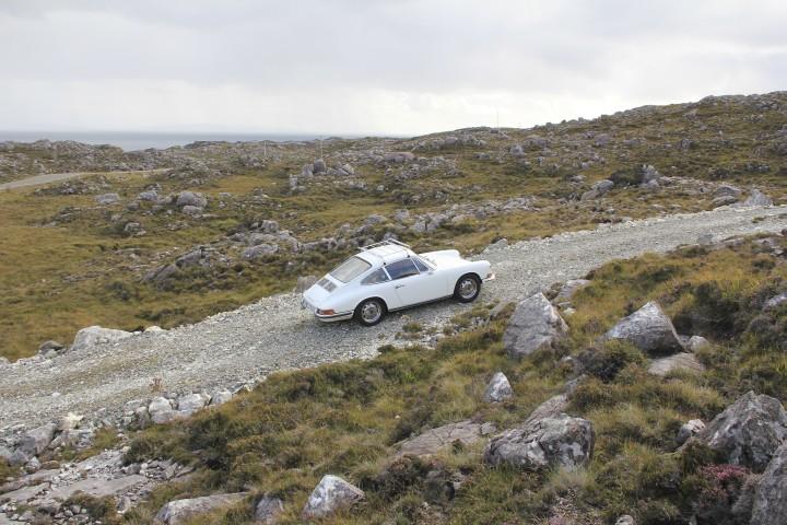 Die Golden Road auf Harris. Mit dem Porsche 2.0 Coupé von 1965 im Jahr 2013.