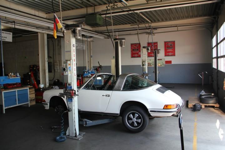 Porsche 911 S 2.4 Targa beim Reifenwechseln