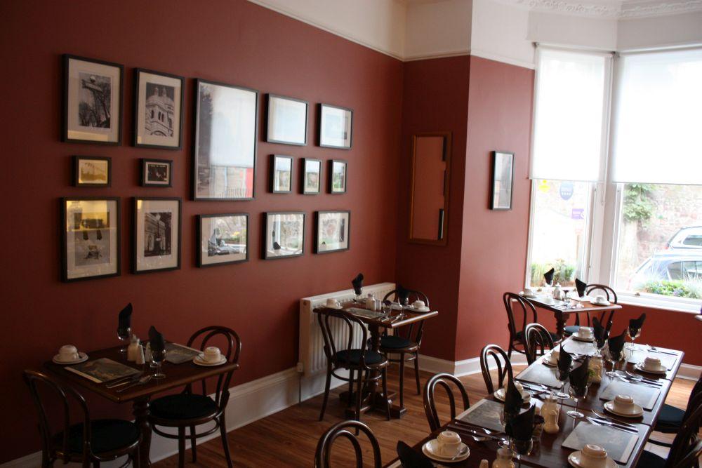Französisch-englisch-schottisches Fusion-Frühstück im sehr gemütlichen Frühstücksraum des Albyn Townhouse