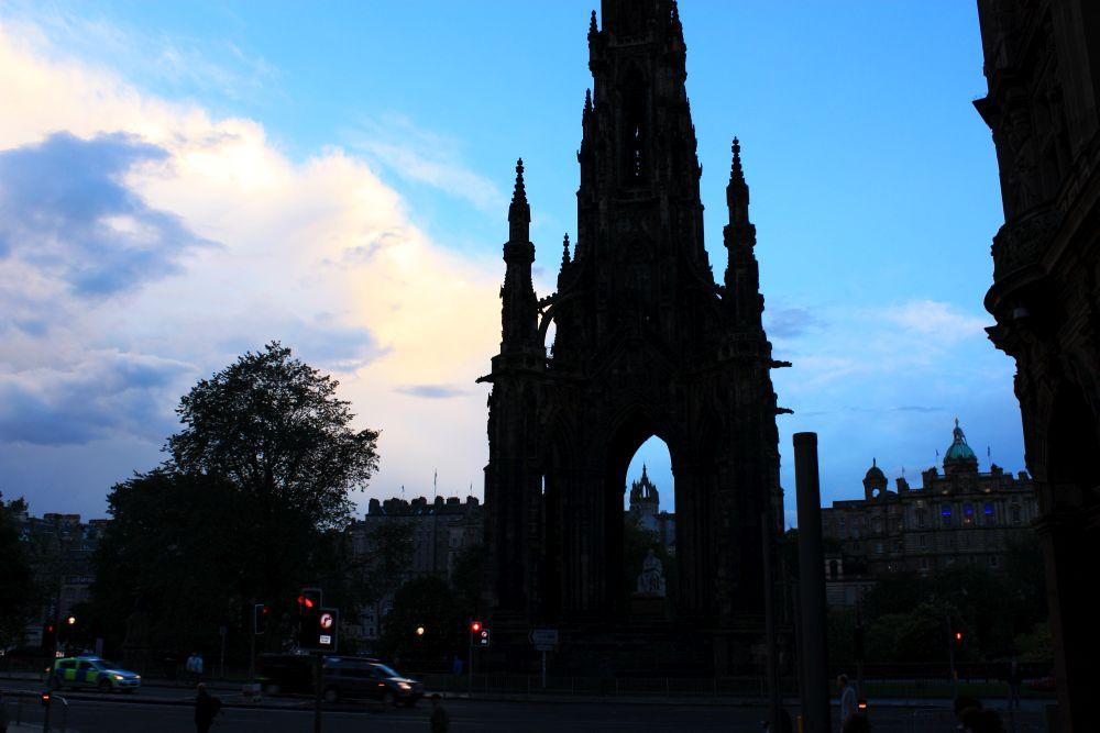 Der Verkehr ist in den Städten, wie hier in Edinburgh vor dem Scott Monument, kaum anders, als bei uns in Deutschland. Auf dem Land geht es erheblich gemächlicher zu.