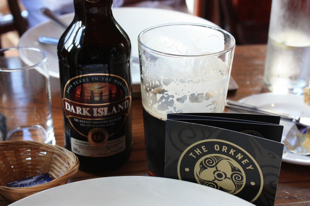 """Bier. Zum Beispiel von der Orkneys gehört im Pub natürlich dazu. Man bekommt immer mehrere """"Draft"""" oder aus der Flasche."""