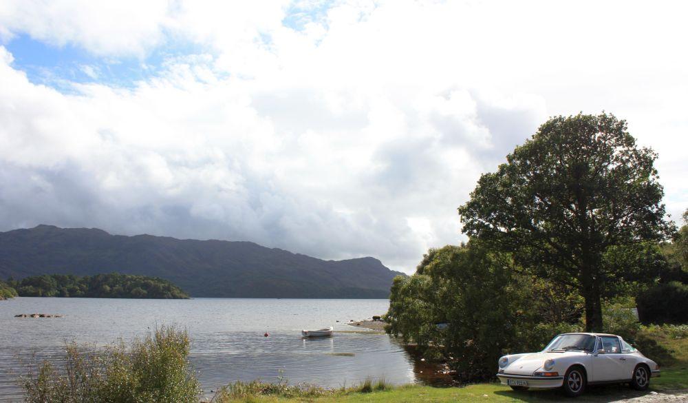 Mit dem Porsche 911 S 2.4 Targa (Ölklappe) von 1972 am Loch Morar. Hier ist kein Mensch. Und es ist viel netter als am Loch Ness (unsere Meinung)