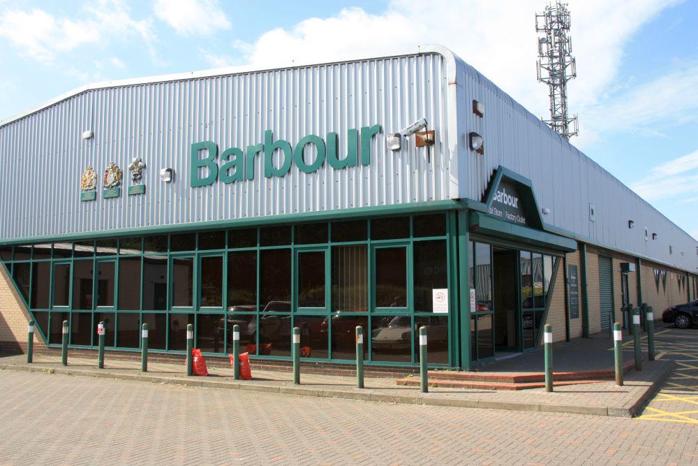 Das Barbour-Outlet in Newcastle. Hier halten wir mittlerweile traditionell vor unseren Schottland-Reisen. Wer drauf steht, bekommt hier alles, was er für das manchmal bescheidene schottische Wetter benötigt zu akzeptablen Preisen.