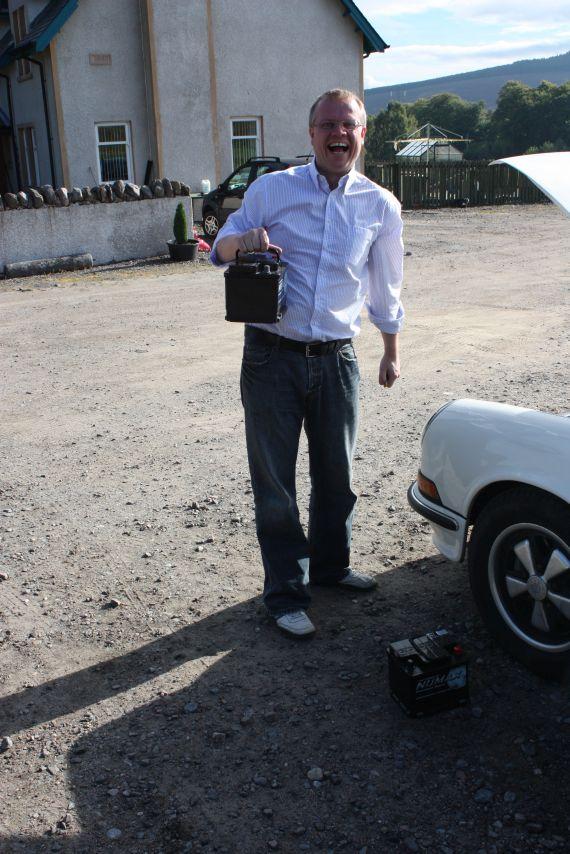 Neue Batterien für den Porsche - mitten in den Highlands. Kein Problem mit Stuarts Highland Taxi und Batterien aus dem Rasenmäher Fachhandel.