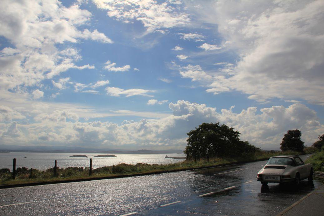 """Porsche 911 S 2.4 Targa nach dem großen Regen. Im Hintergrund sieht man den """"Firth of Forth"""" - dahinter liegt Edinburgh."""