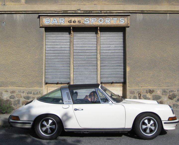 Porsche 911 S 2.4l Targa, Baujahr 1972 (Modelljahr 1972) - gut zu erkennen direkt unter dem Targabügel: Die tankdeckelähnliche Ölklappe.