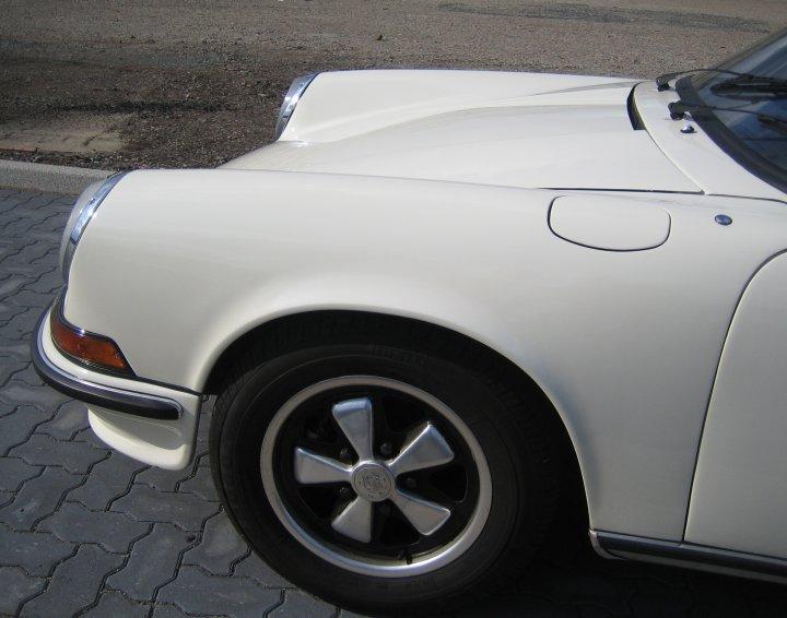 Hier gehört der Sprit rein! Tankklappe einer Porsche 911 Ölklappe. Alles anfangs etwas verwirrend. Aber nur anfangs.