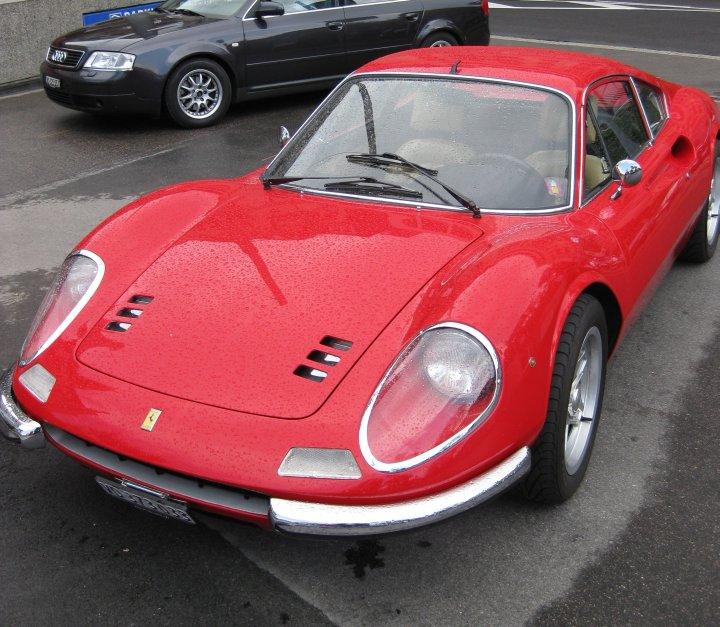 """Zum Niederknien schön und mit 190 PS auf Porsche 911 S 2.4 Niveau: Ferrari Dino in """"freier Wildbahn"""" in der Innenstadt von Lausanne (CH) 2009"""