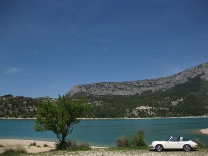 Hier macht der Targa Spaß: MIit dem 911 S 2.4 Targa von Teil der Maschine am Lac de Saint Croix (Canyon de Verdon, Frankreich)