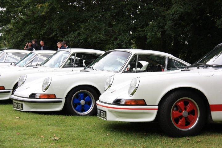 Porsche 911 Carrera 2.7 - hier gleich eine ganze Rotte (Porsche Classics at the Castle, England 2012)