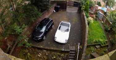 Der sicherste Parkplatz der Welt am Kelvin Hotel - nur mit extremem Weitwinkel ist hier so viel Platz!