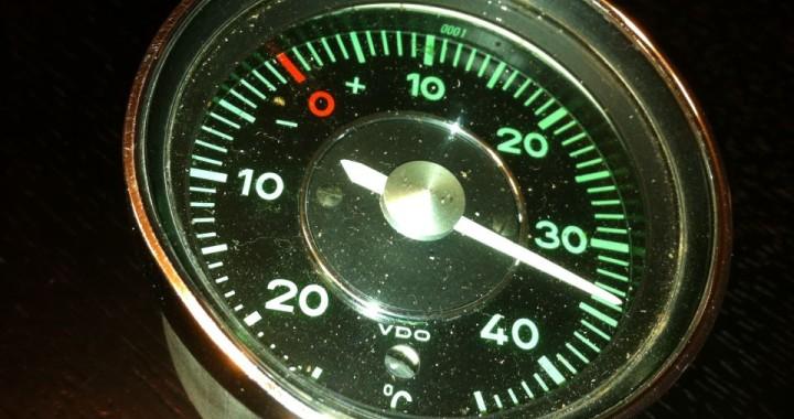 VDO Außenthermometer für Porsche Oldtimer. HIer in der Version für den Porsche 912 mit einem Durchmesser von 80 mm (Porsche 911 60 mm).