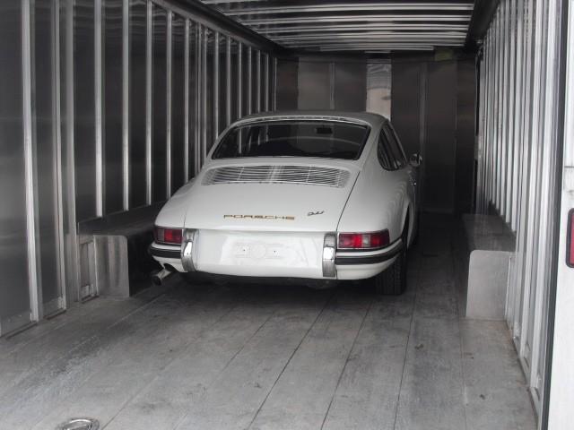 Passt, wackelt nicht und hat Luft. 1965er Porsche 911 im Trailer Richtung Hafen von New-York.
