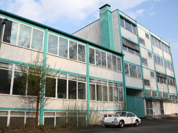 1965er Porsche vor Gebäude aus einer ähnlichen Zeit (Essen, Ruhrgebiet). Ich habe zwei Stunden gebraucht, um die übrigen parkenden Autos rauszuretuschieren.