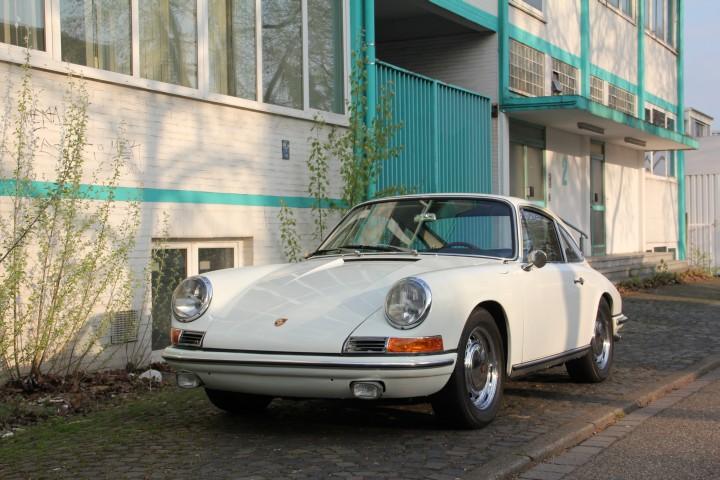 Genau das Auto hatte ich gekauft - jetzt kann man es auch sehen. Hier vor einem verlassenen Bürogebäude in Essen.
