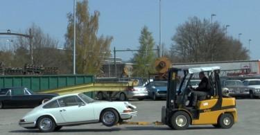 """""""Car doesn´t run"""" - Gabelstaplerman hat den 1965er Porsche auf den Haken genommen."""