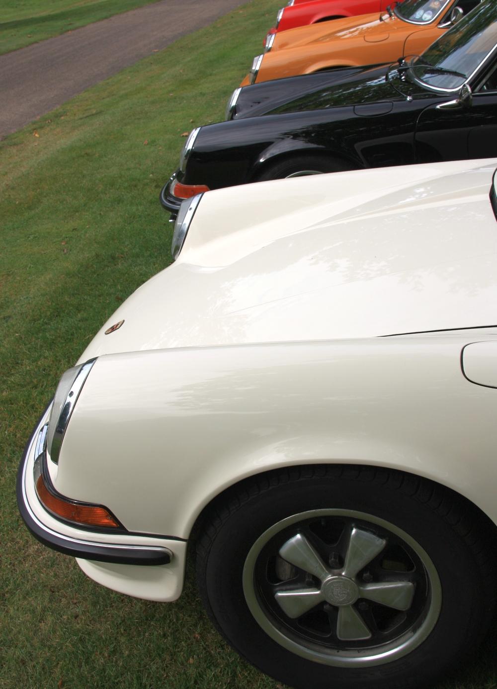 Egal welche Farbe der Elfer hat. Auf einen 911 gehört irgendwie auch eine Fuchs-Felge. Außer er wurde mit den Standard-Stahlfelgen von Lemmerz oder Kronprinz ausgeliefert. Hier auf einem 72er 911 S (Ölklappe) mit silbernem Außenrand und silbernen Sternen. der Rest ist matt schwarz eloxiert.