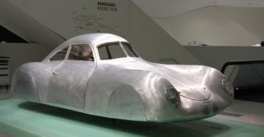 Porsche Museum - Nachbau des Berlin-Rom Wagens (Foto: Die Frau - www.schoenerblog.de)
