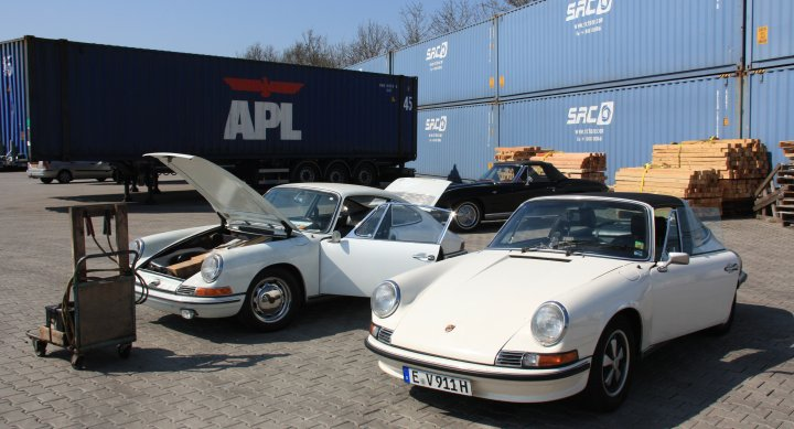 Porsche Nr. 3 (Baujahr 1965, links) neben Porsche Nr. 2 (Baujahr 1972) bei der Abholung in Rotterdam