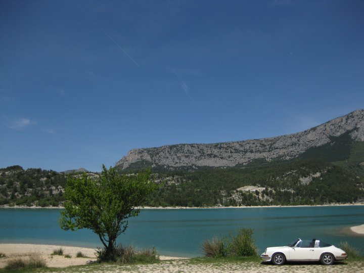 Was sind schon ein paar tausend Kilometer in einem mehr als 40 Jahre alten Porsche Targa? Nix. Hier am Lac de St. Croix (Südfrankreich) 2008