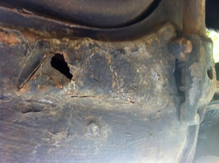 Nicht schön und eine echte Porsche 911 Urelfer-Schwäche: Tankauflage durchgerostet (Porsche 911, 1965)