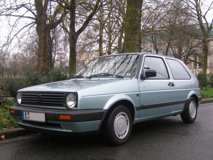 Es muss nicht immer Porsche sein. Der klosteinfarbene Golf II gehörte zu meinen Lieblingsautos.