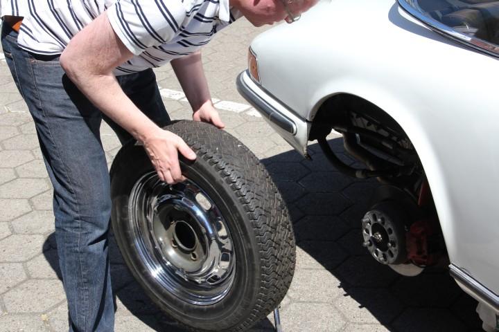 Das poröse muss auf das rostige. Reifenwechsel beim Porsche 911 von 1965 - bei gefühlten 40 Grad.