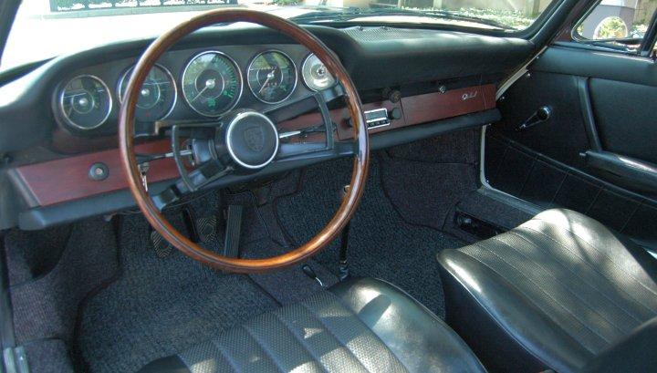 Das klassische Mahagonilenkrad im 1965er war einer der vielen Gründe für den Erwerb eines SWB-Porsche von 1965