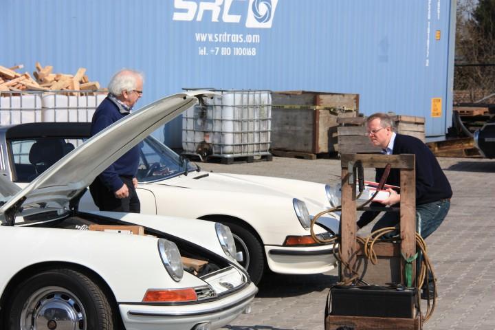 With a little help from Frans... - Abholung des 65ers bei Rooterdam. Die Batterie ist platt...