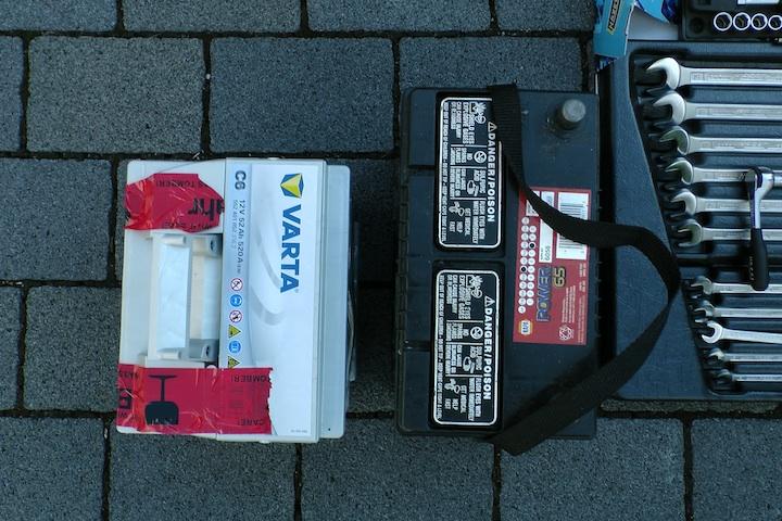 Immer wenn man es eilig hat: Falsche Batterie (links) - weil viel zu breit. Die fünf Jahre alte amerikanische Batterie.