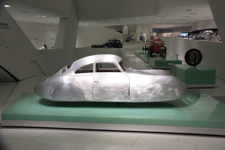 Da schwebt er, der Berlin-Rom Wagen / Porsche / Volkswagen Nachbau im Porsche Museum in Stuttgart.