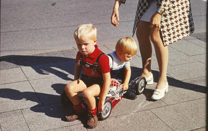 Vier Räder, Pepita-Stoff - aber irgendwas stimmt noch nicht: hansbahnhof mit Bruder und Mama testet einen Sportwagen - 1970 in Gelsenkirchen