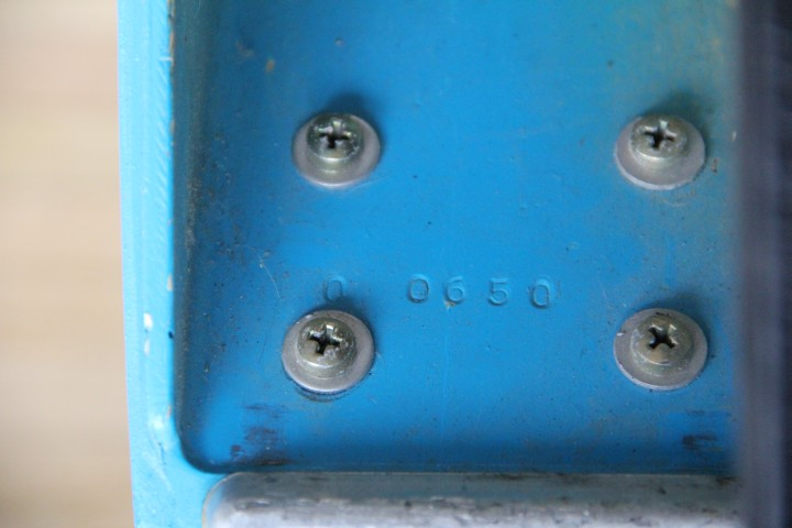 """Herstellungsnummer eines blauen Bobs. Die eingeprägten Nummern beginnen immer mit einer """"0""""."""