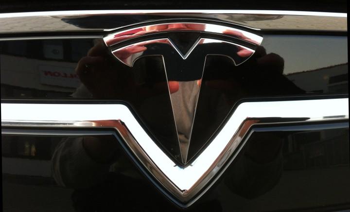 Bu! Das Tesla Logo macht so manchen in der Branche nervös. Oder?