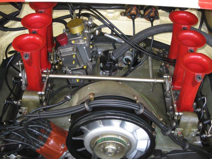 Die ... äh ... rote Tröte ist kaputt. Arbeiten an Porsche 911 Motoren sind erst wirklich kalkulierbar, wenn der Motor offen ist.