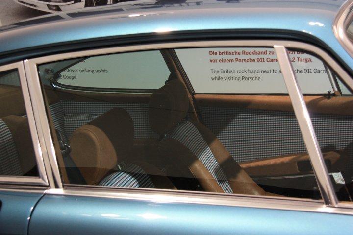 """Porsche 911 Innenausstattung in beige mit Hahnentrittmuster (Houndstooth). Nicht das Produkt eines phantasievollen Sattlers sondern eine echte Innenausstattung aus dem """"Sonderwunschprogramm"""" von Porsche. Seit 1986 heißt das """"Porsche Exclusive""""."""