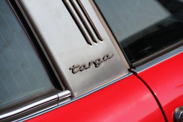 """Originaler """"targa""""-Schriftzug an einem 911 Targa der Siebziger: Was hier etwas abgegrabbelt und grau aussieht ist ein nicht zu ersetzender, eloxierter Originalschriftszug. Repros aus dem Ersatzteilhandel sind lackiert und sind nur einen Bruchteil der Originale wert."""