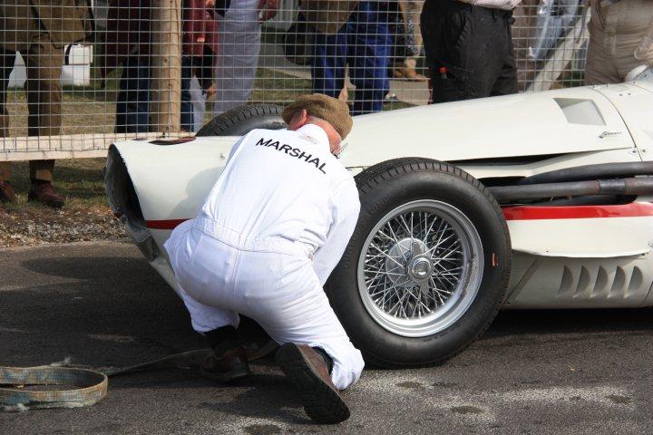 Mutti ich habe den Familien-Maserati kaputtgemacht. Kein Problem Sohn - nimmer derweil einen der Ferraris aus der Scheune...