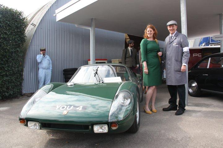 Freut sich, dass die Frau ein passendes Kleid hat, gibt die Wagenschlüssel aber nicht raus: Philipp Salm-Reifferscheidt von Porsche Classic und Porsche 904 in Goodwood.