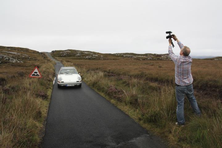 An dem Schild mit dem fliegenden Schwein konnten wir nicht vorbeifahren. Hier hansbahnhof beim Suchen der richtigen Kameraposition. Die Strecke hinter dem Auto gilt es mangels Wendemöglichkeit gleich rückwärts zurückzufahren!