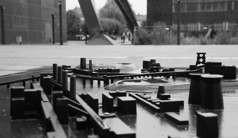 """Modell der Zeche und der Kokerei Zollverein. Die Kokerei ist links zu sehen, die Zeche Zollverein mit dem prägnanten """"Doppelbock""""-Fördertum weiter hinten (Foto: Sandra Fulland)"""