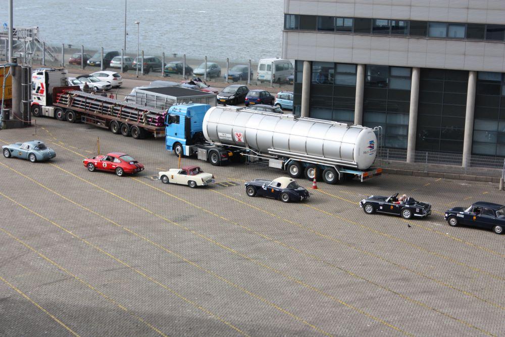 """Während die """"Tour d´Ecosse"""" des Austin Healey Clubs Holland sich Richtung Fähre einreiht, will der 911 S einfach nicht starten."""