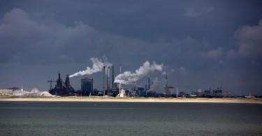 Holland verabschiedet uns mit Rauchzeichen: Der Hafen von Ijmuiden von der Schottland-Fähre aus gesehen.