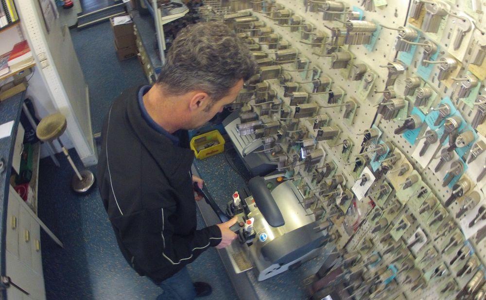 Bei der Arbeit: Volker Küpper von Kluth Sicherheitstechnik in Duisburg braucht für einen Porsche-Schlüssel deutlich unter einer Minute, wenn ein Rohling vorrätig ist.