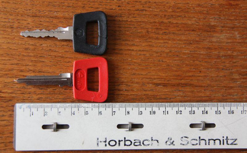 """Schwarzer und roter Schlüssel für die späteren F-Modelle ab Baujahr 1970. Die Schlüssel passen bis zum G-Modell 1977. Der rote ist der """"Nebenschlüssel"""" und gedacht für die Werkstatt. Er schließt alles, außer dem Handschuhfach!"""
