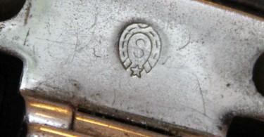 """Das """"S"""" im Hufeisen mit Stern ist ganz offensichtlich Hinweis auf einen Koffer von Karl Baisch in Stuttgart. Baisch stellte seinerzeit Koffer für Mercedes her."""