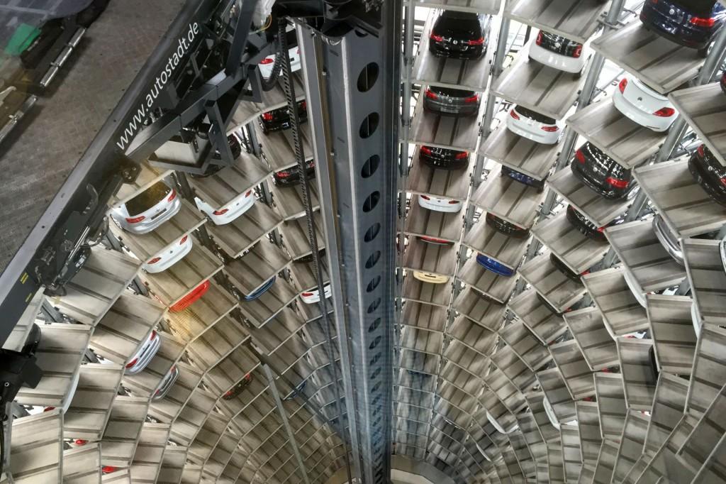 """Wie in der """"Matrix"""". Nur mit Neuwagen. Die deutschen haben übrigens nach unserer Beobachtung ein ungesundes Verhältnis zu Grautönen (steingrau, mausgrau... Ihr wisst, was ich meine)"""